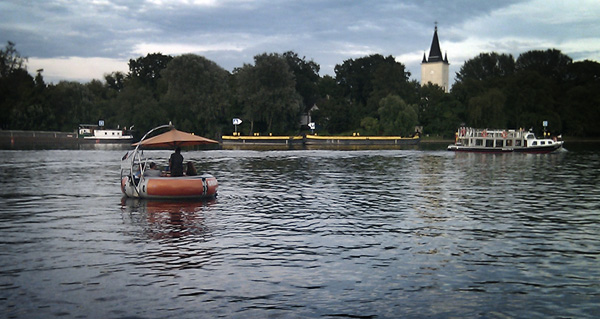 Barbecuing down the Spree - grill-boot in Berlin